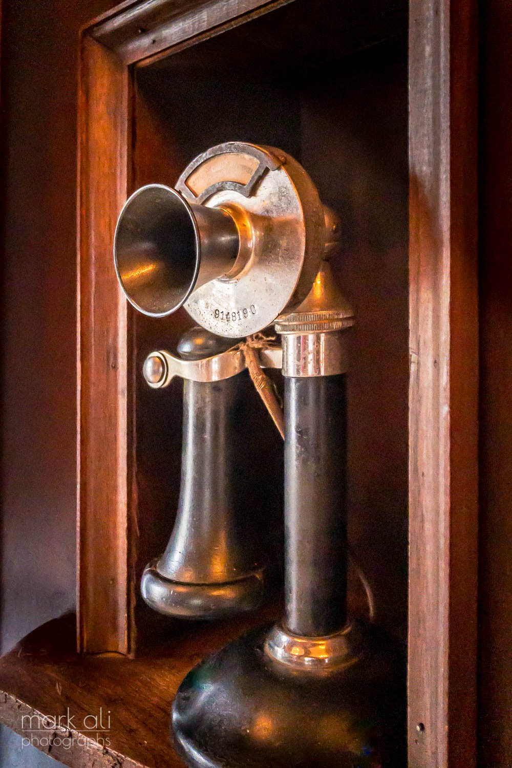 Photo of an old-fashioned telephone, in color.