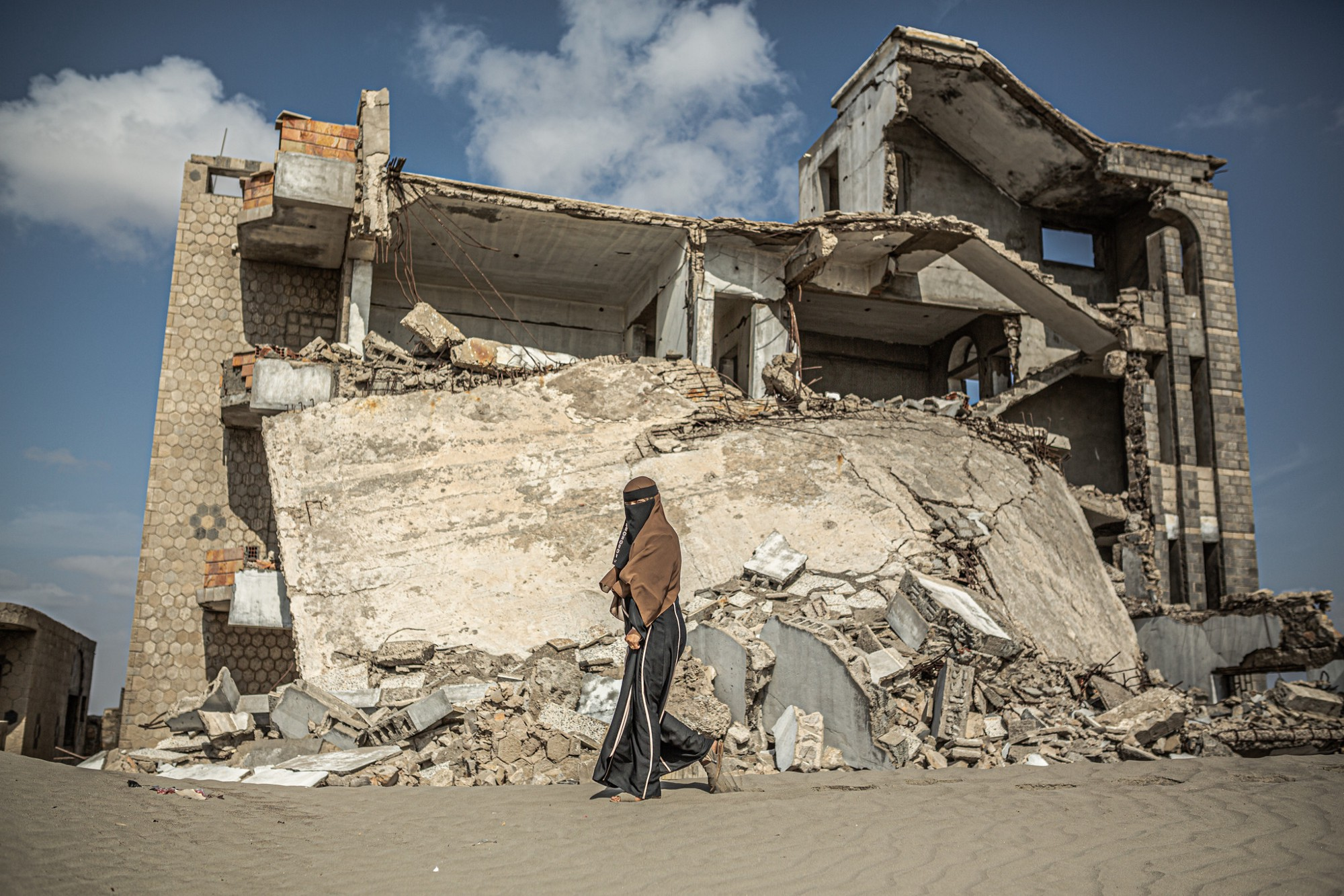 The neighborhood of Arish is full of houses destroyed by air strikes in southwest Aden, Yemen. Photo: Pablo Tosco/Oxfam