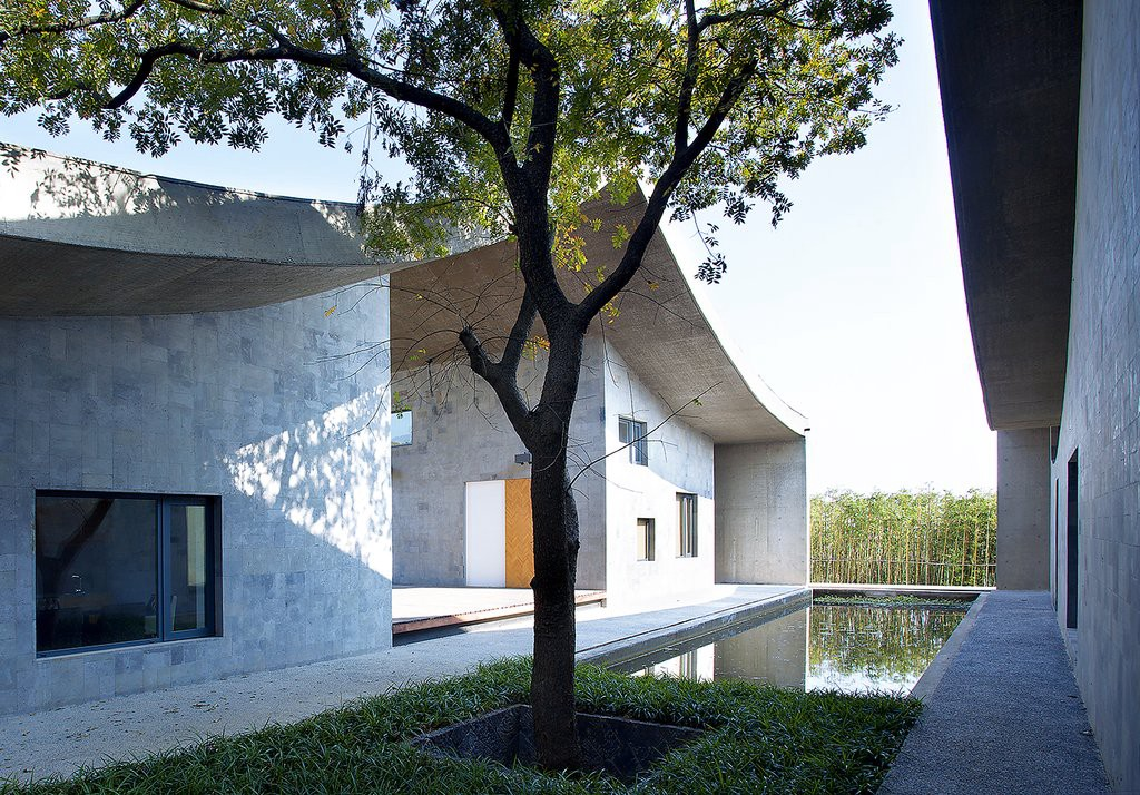 The Sanhe Residence is kept dry with a concrete canopy that beautifully drapes over the four-walls, the style is a homage to traditional Chinese dwellings. (Photo: Xia Zhi, Beauty and the East)