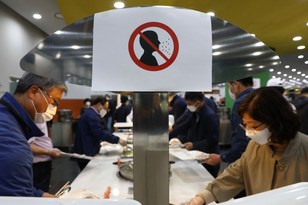 A photo of a sign that prohibits not wearing a face mask at a South Korean cafeteria.