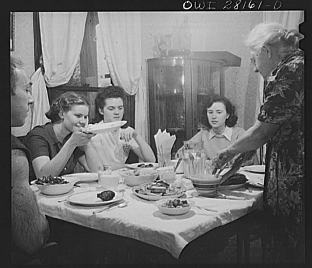 War workers who live at Mrs. Hannegan's boardinghouse having supper at 5.30 8d18576v