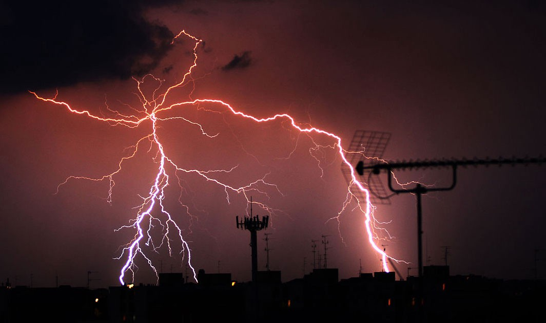 Lightning strikes are not continuous but proceed in steps - but we don't yet know why this is.  Image credit - Bernardo de Menezes Petrucci/Wikimedia, licenced under CC BY-SA 4.0