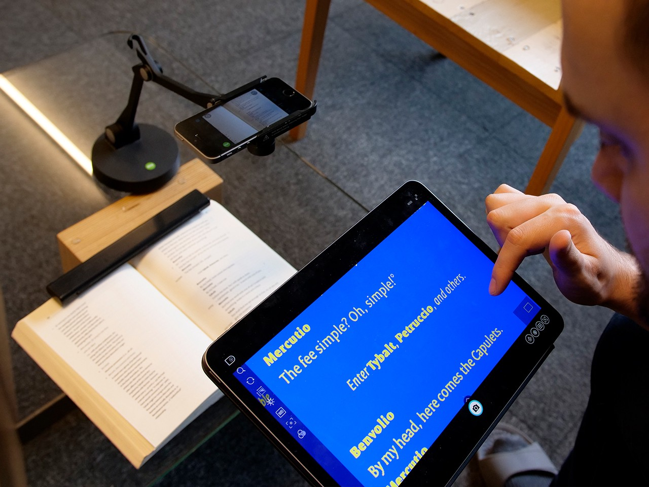 Using iDocCam together with Visualizer software as a portable magnifier for reading.