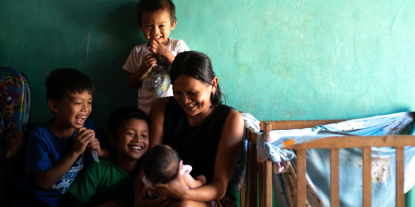 Motherhood is a full-time job for Ruth, mother of seven, in the Philippines. Photo: Jed Regala/Oxfam