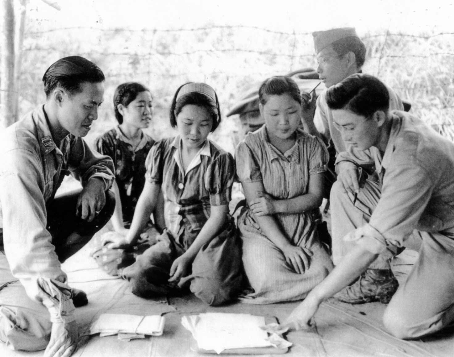 Comfort women with soldiers in World War 2