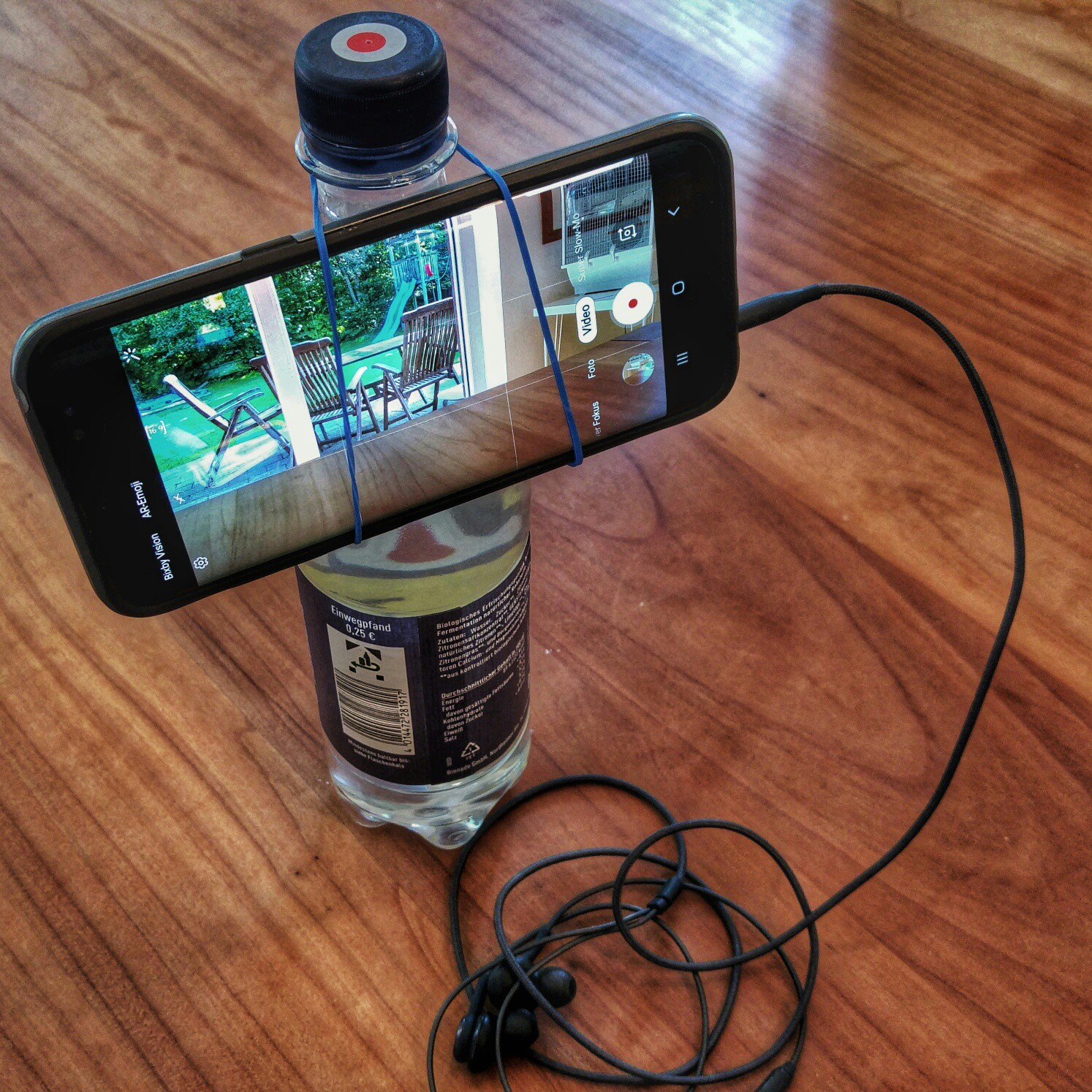 Bernhard Lill: with a rubber band and a bottle you can improvise a smartphone rig and make your videos more stable.