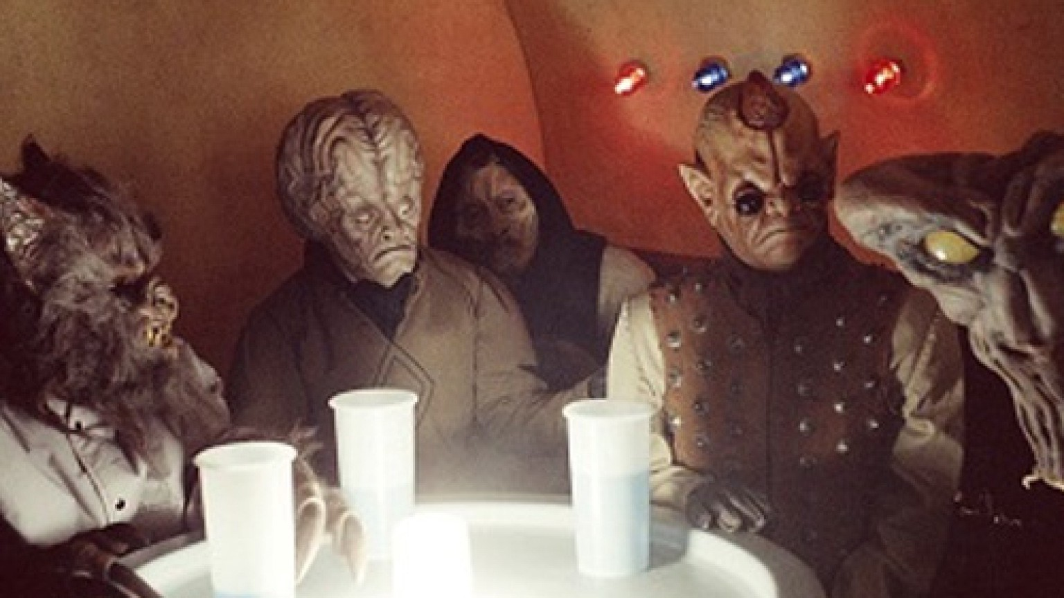 A shot of background characters in the Mos Eisley cantina