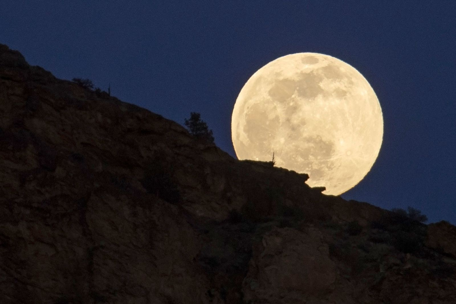 The moon rises in Smith Rock Park in Oregon. Image by Ted S Warren/AP