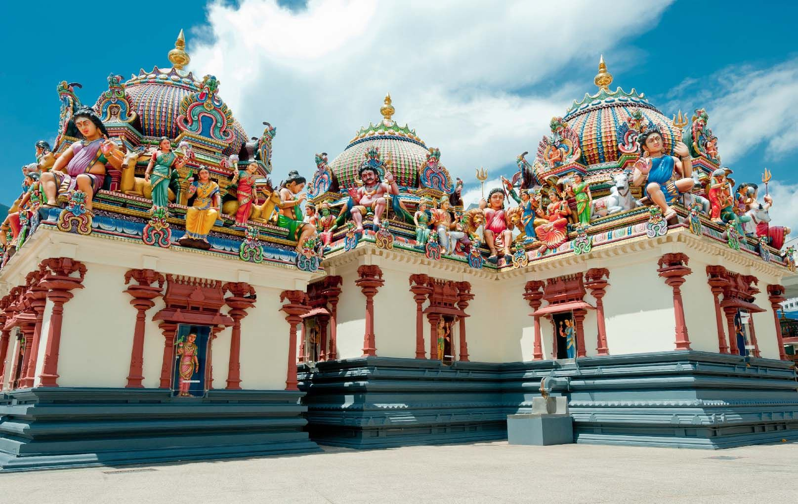 Pay a holy visit to Sri Mariamman Temple, Singapore