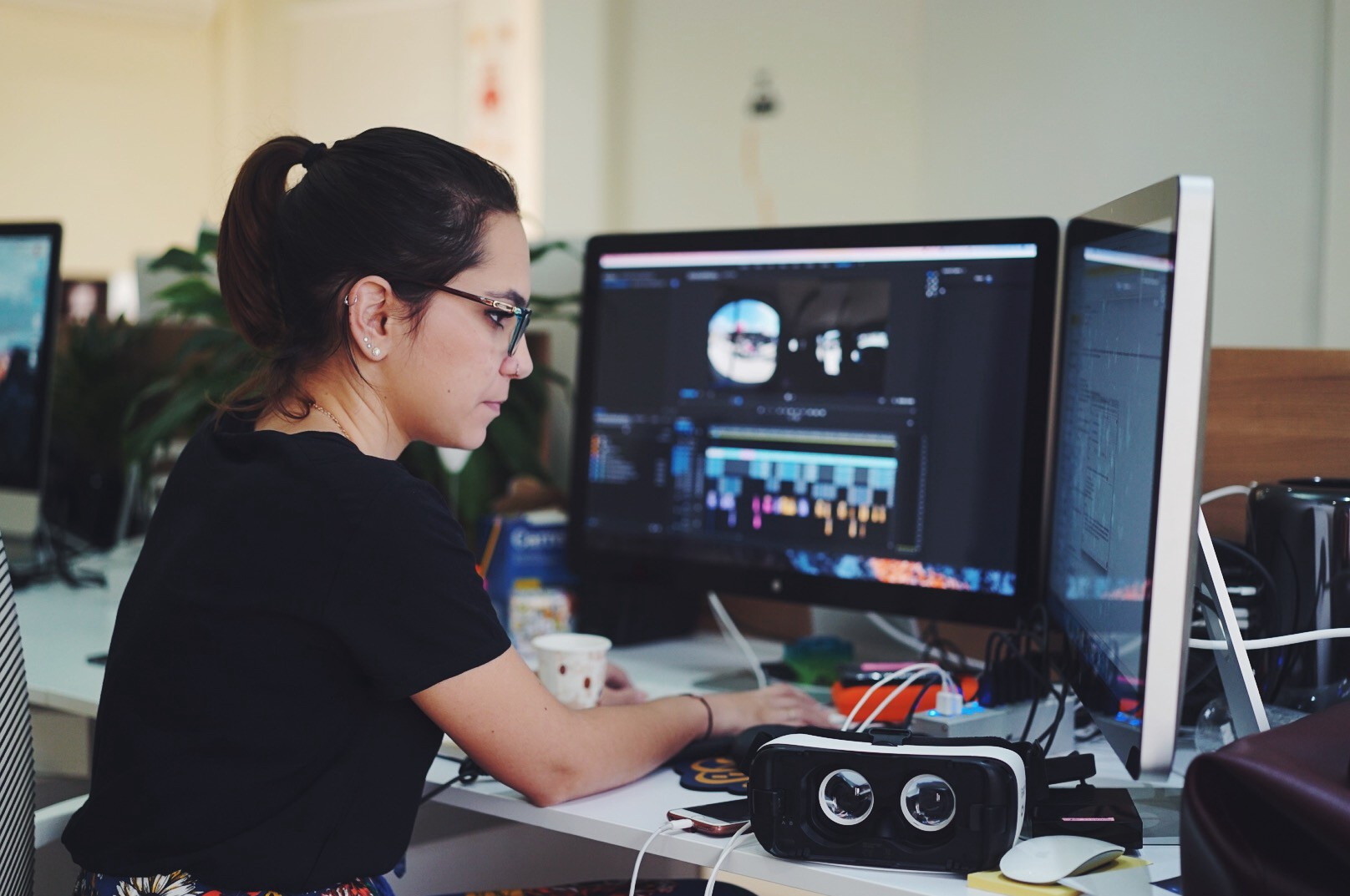 How Virtual Reality Is Tackling Women's Issues - AJ Contrast