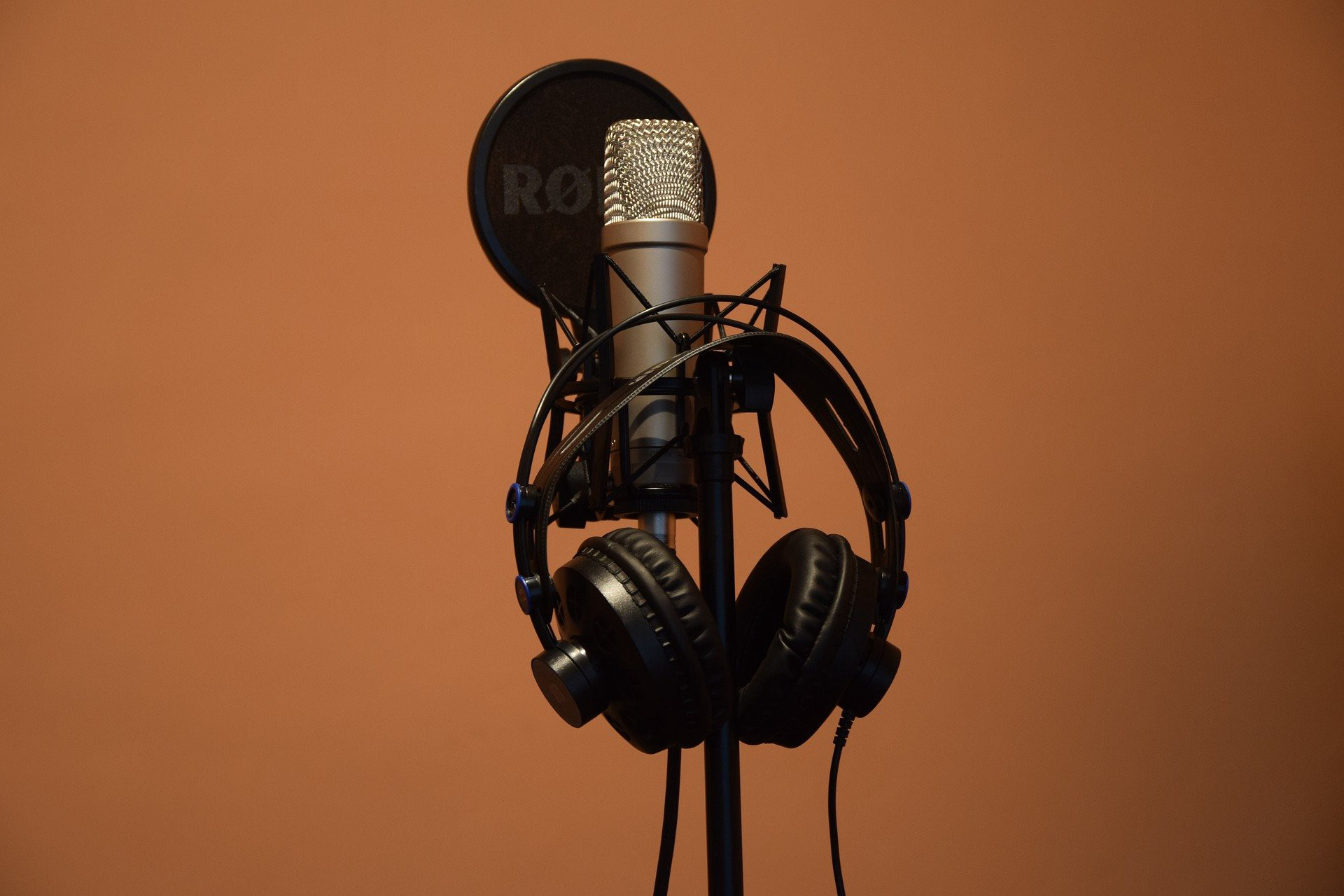 Picture of microphone and headphones