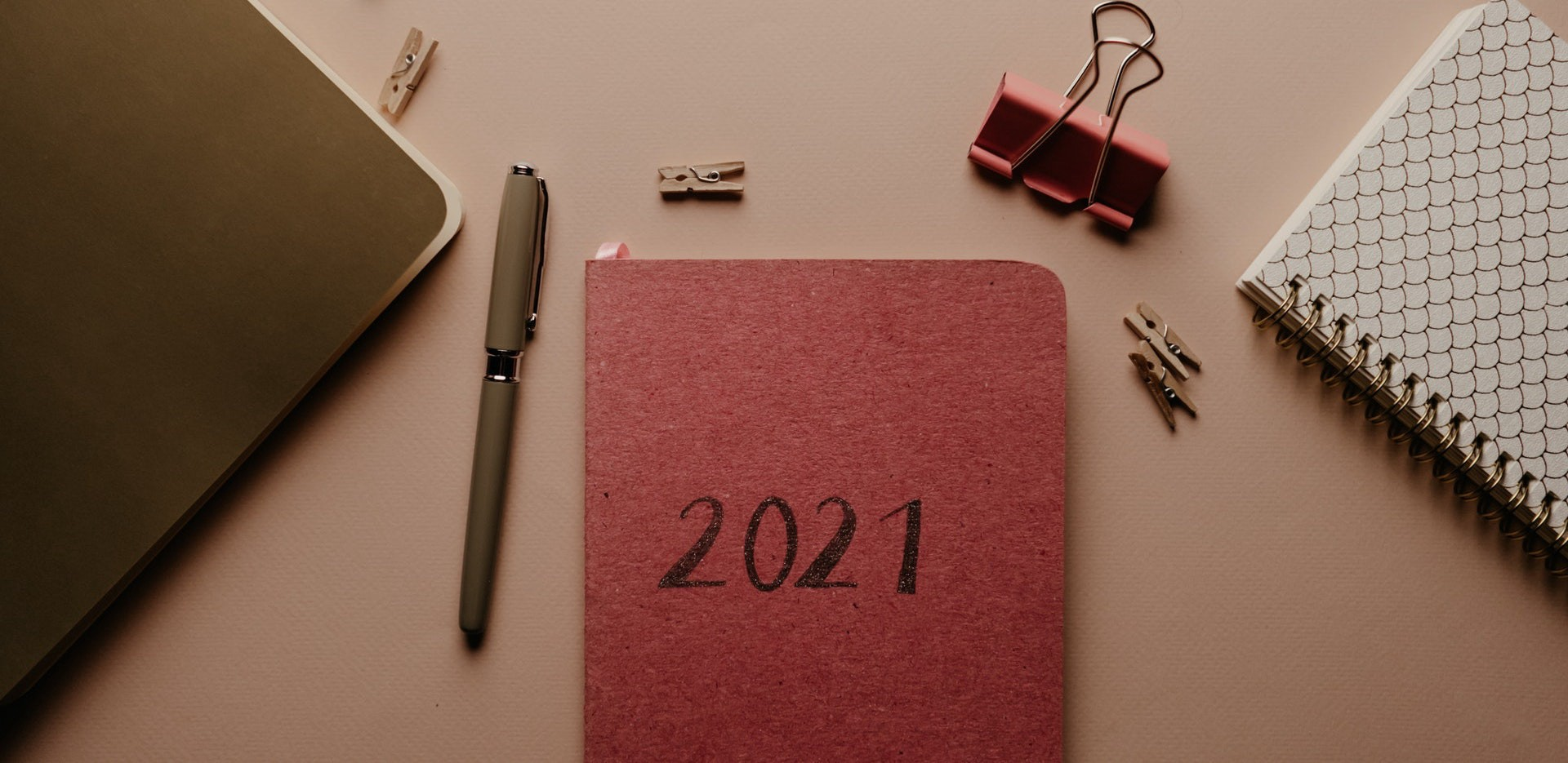 Desktop with 2021 journal and pen