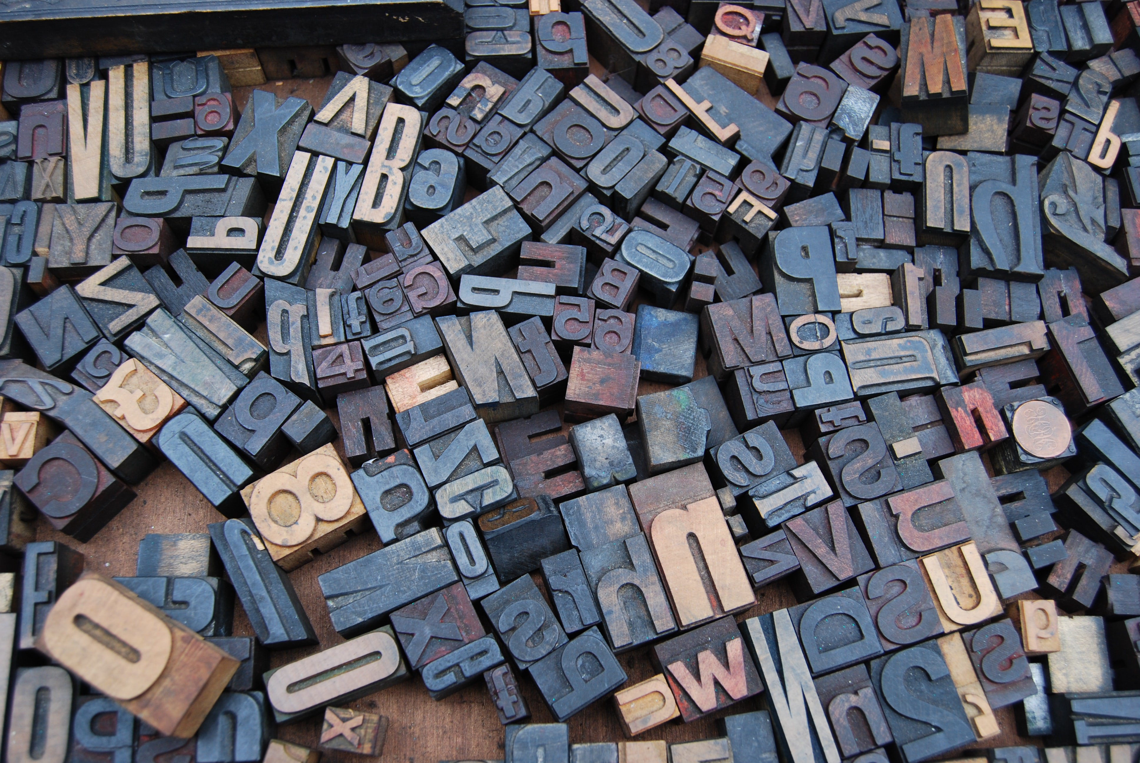 Photo of typesetting letters of various shapes and sizes.