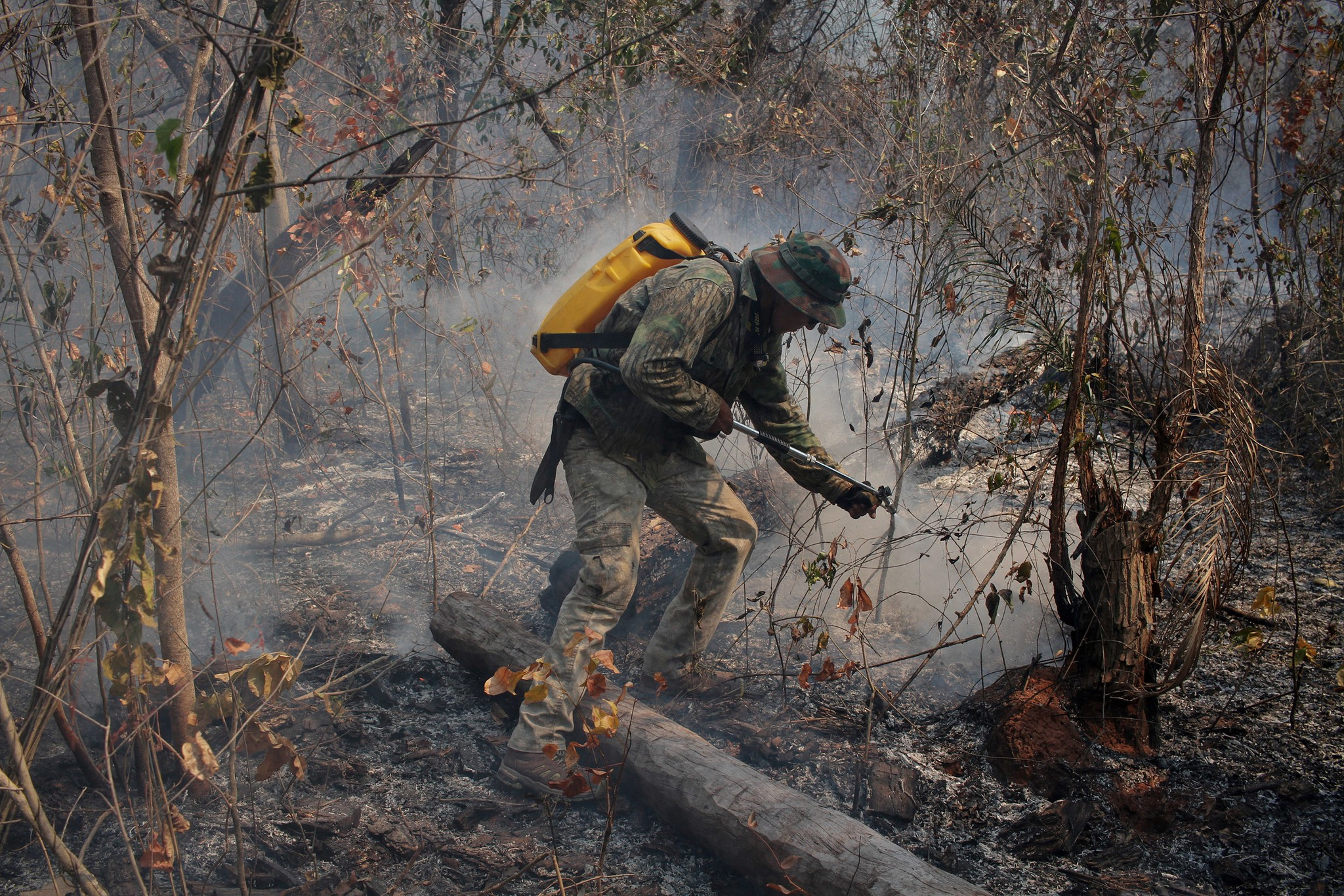 Ranger puts out the fire in one of the areas of Quitununquiña, Bolivia. Photo: Carlos Sánchez
