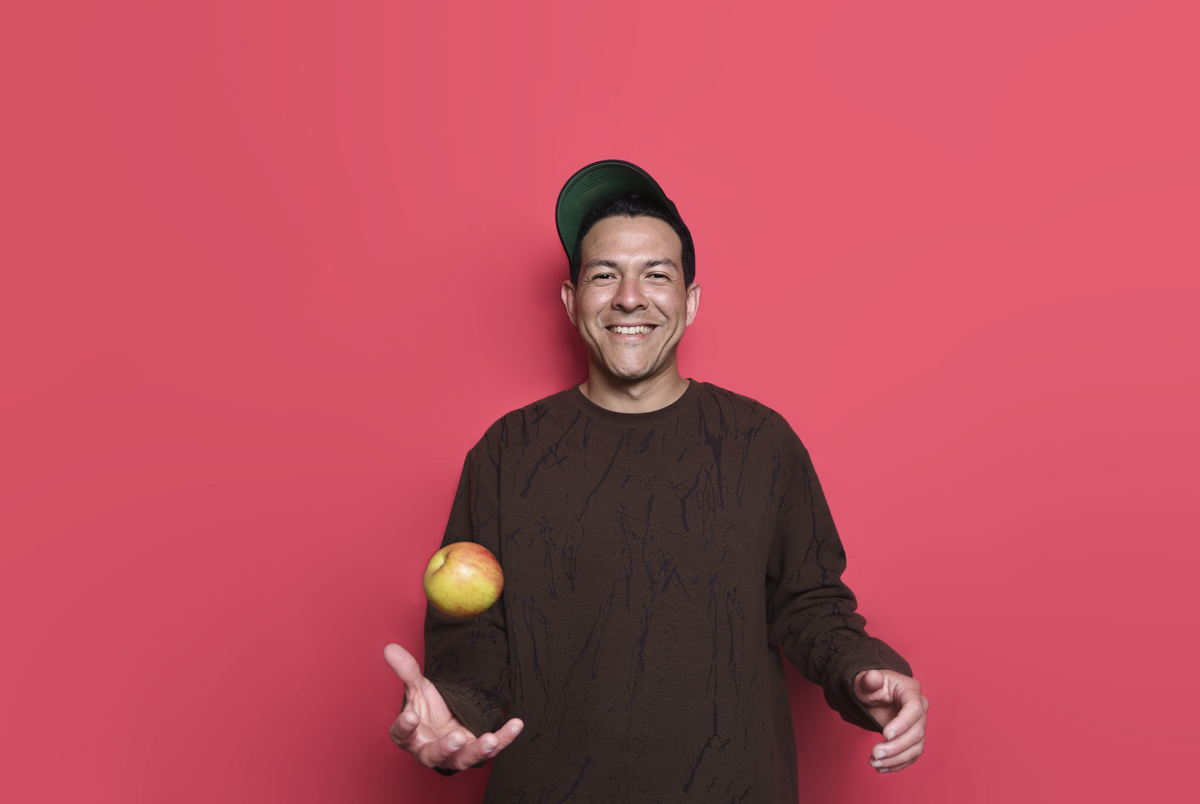 A man juggling one apple, learning one thing at a time