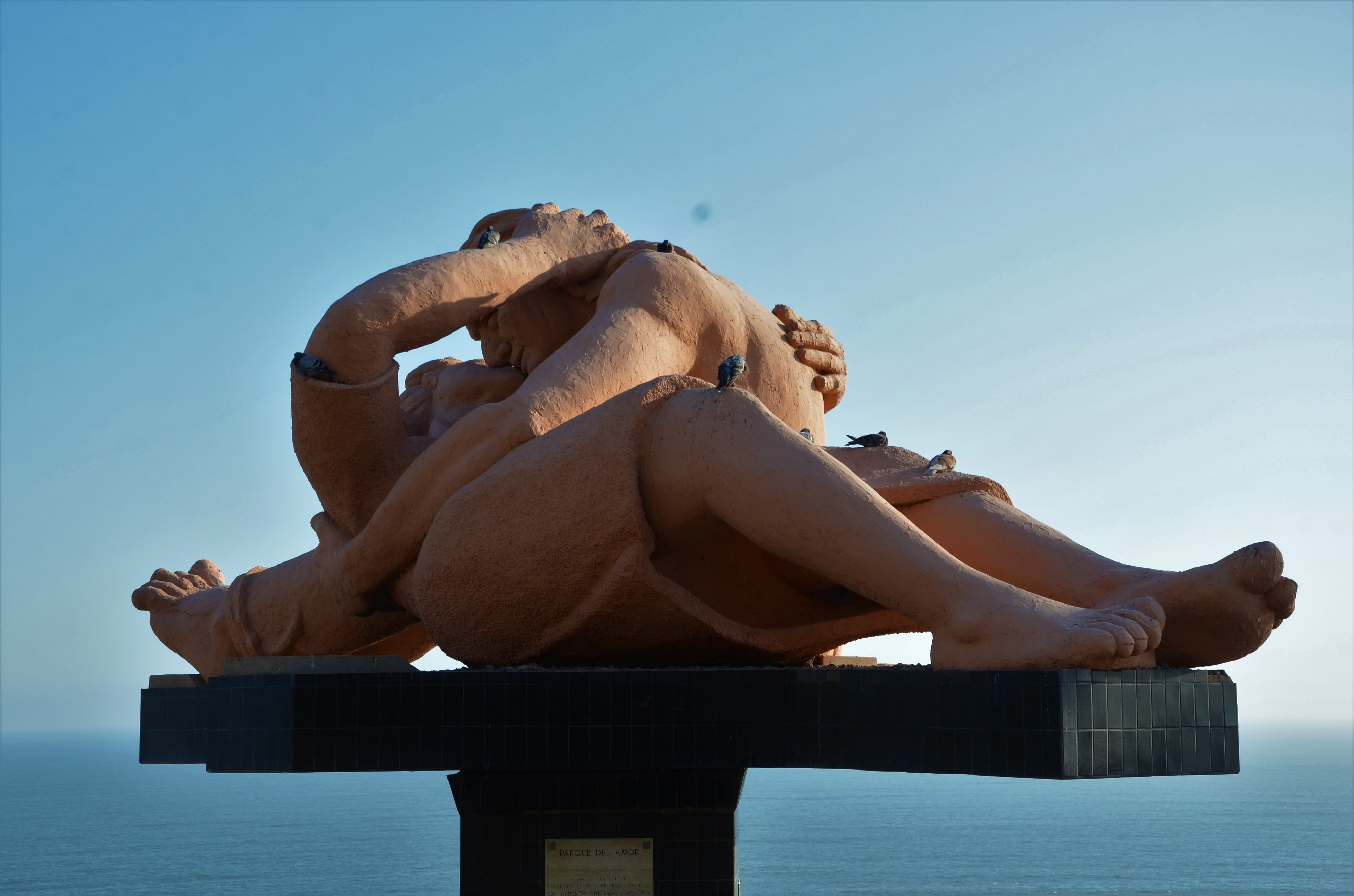 Sculpture of two people embracing and kissing