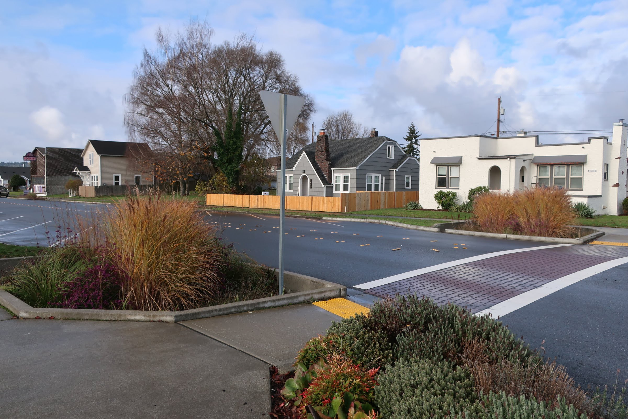 Photo of an intersection on Third Street in Marysville, with the bioretention cells in the foreground.