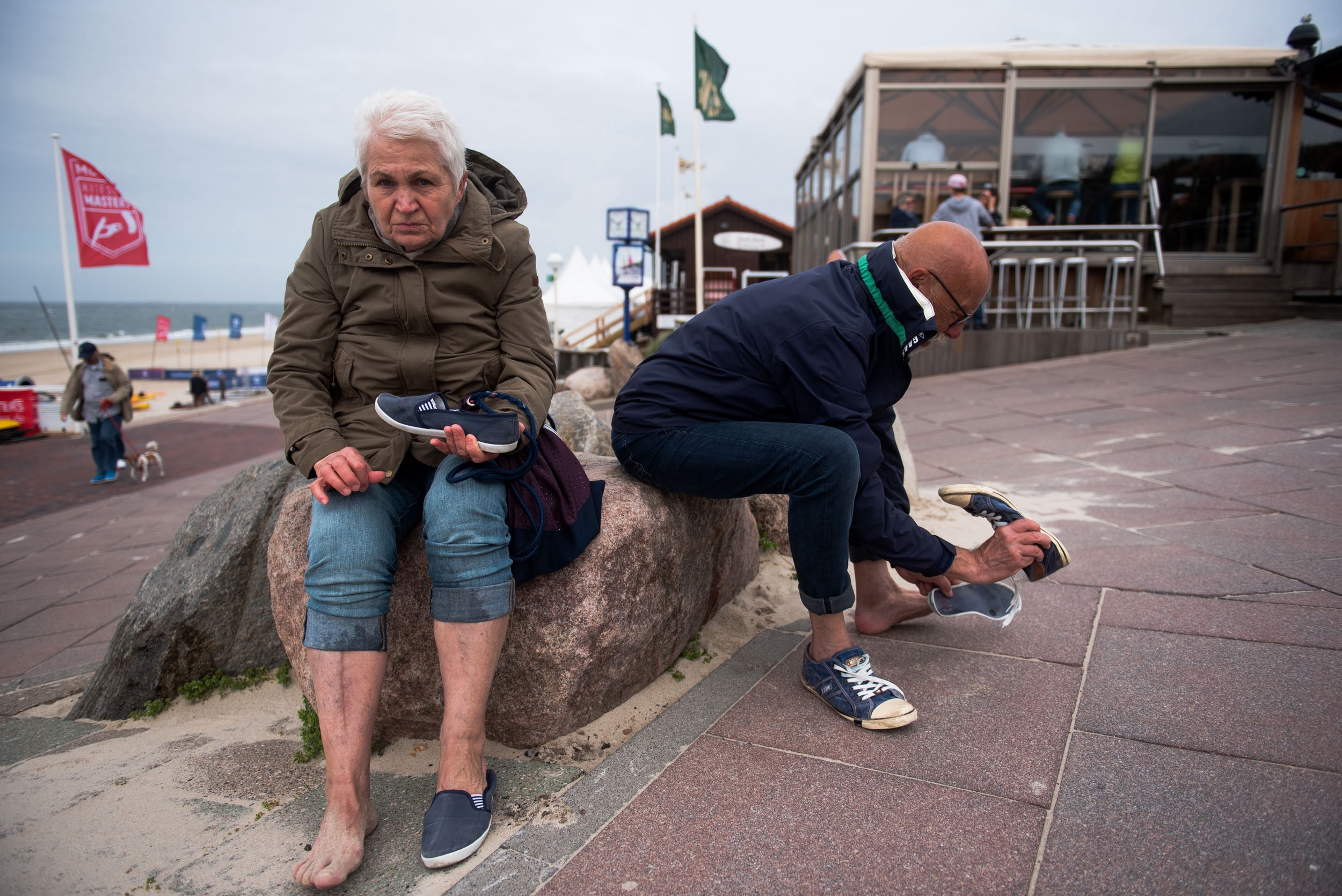 Mom and dad put on their shoes at the end of the week's final beach walk. Westerland, Germany, May 27, 2019.