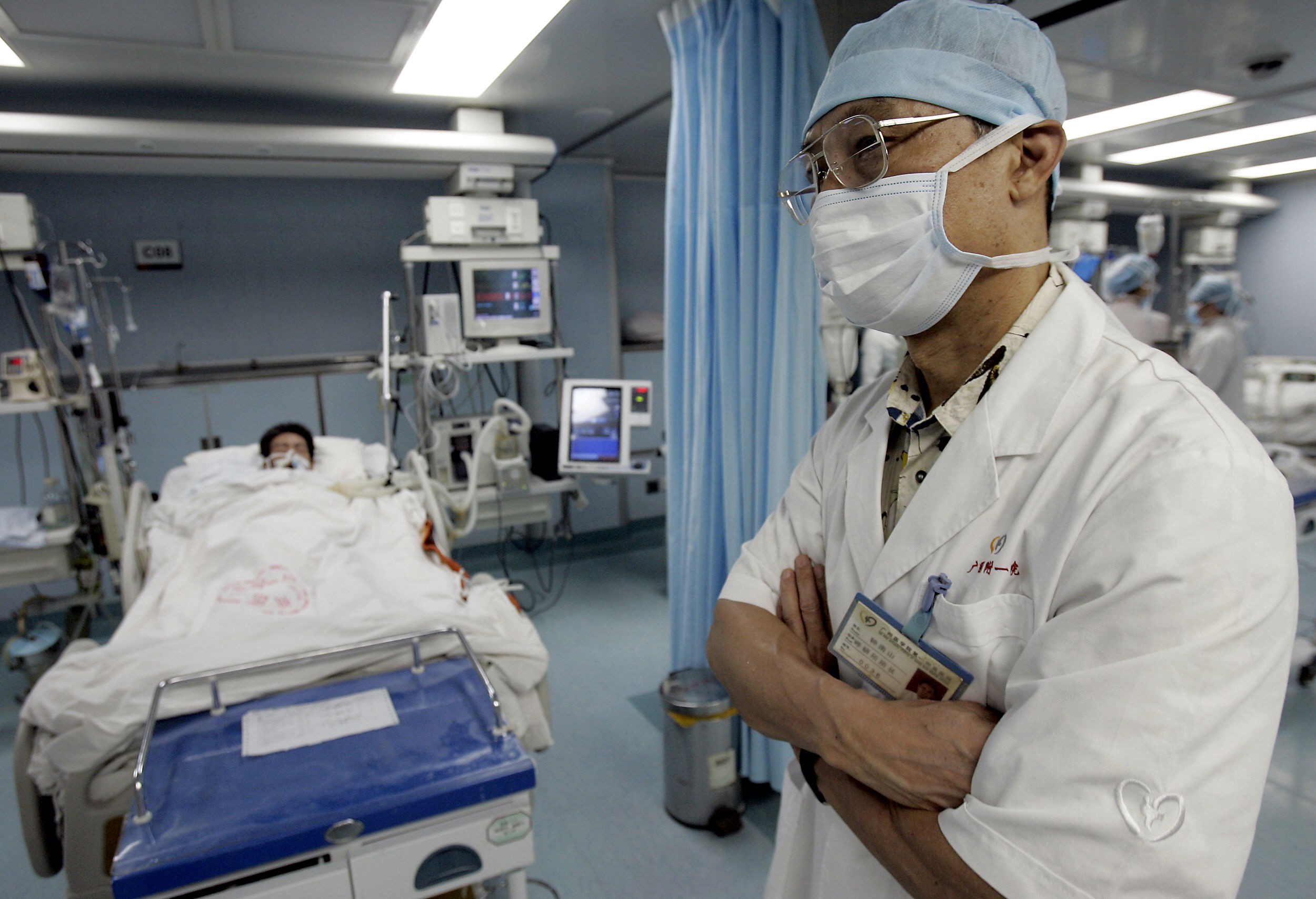 China's top SARS expert Zhong Nanshan during his rounds in the infectious disease ward.