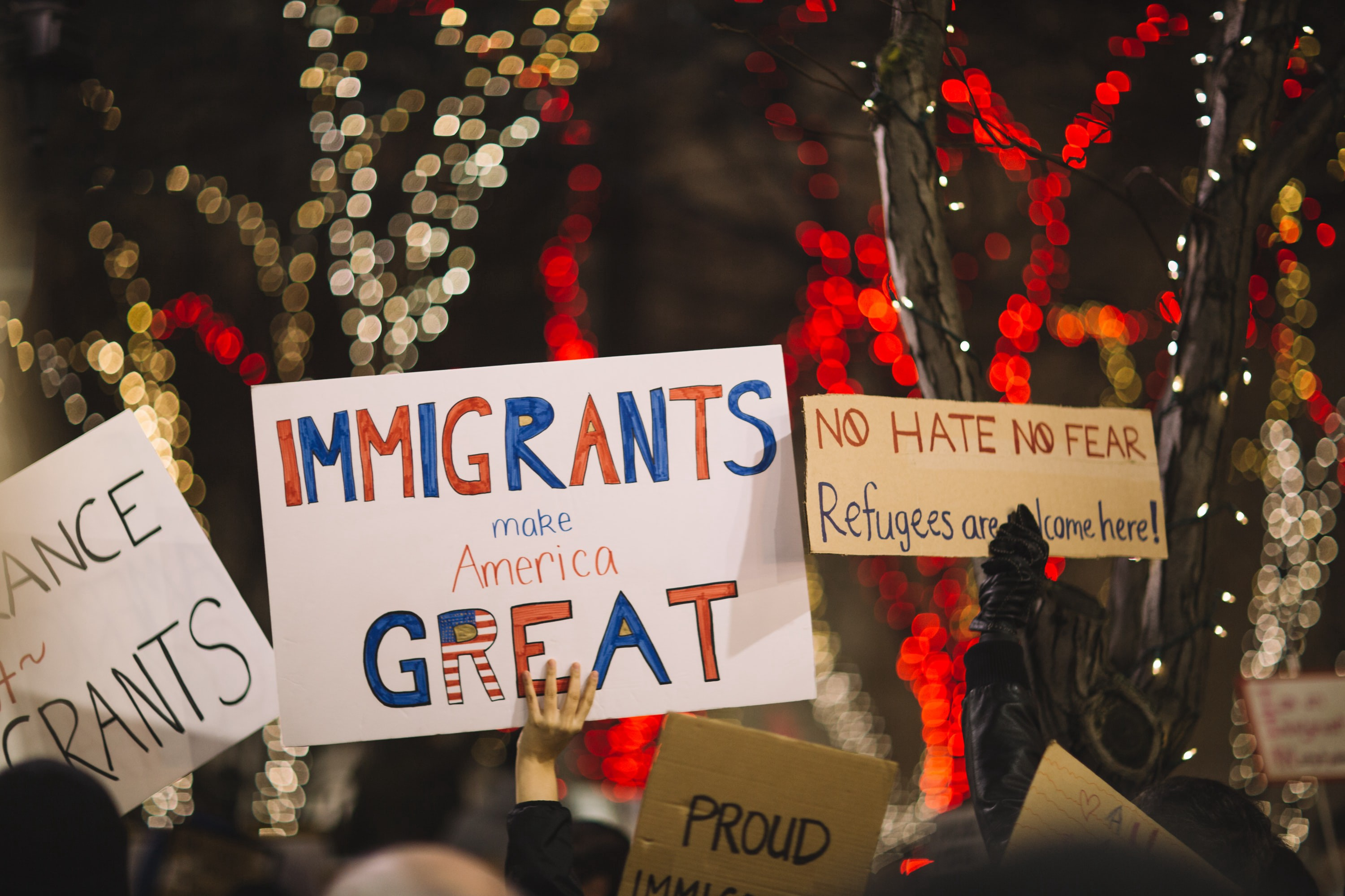 A picture of people manifesting and welcoming immigrants and refugees in America