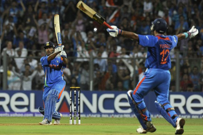 Dhoni finishes off in style! India lift the world cup after