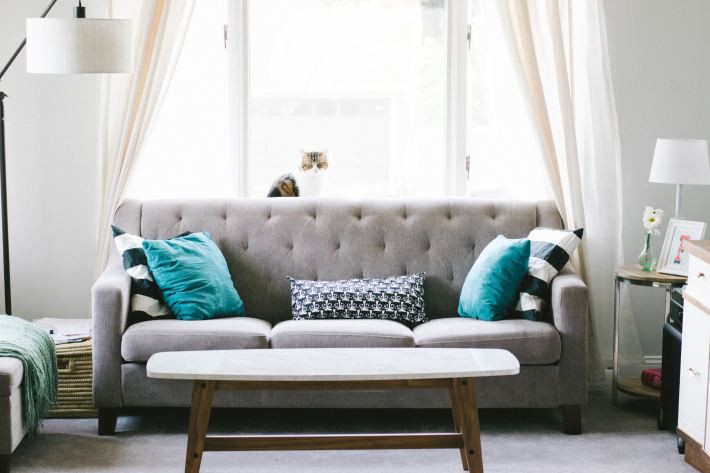 5 easy steps to decorate your living room with a low budget