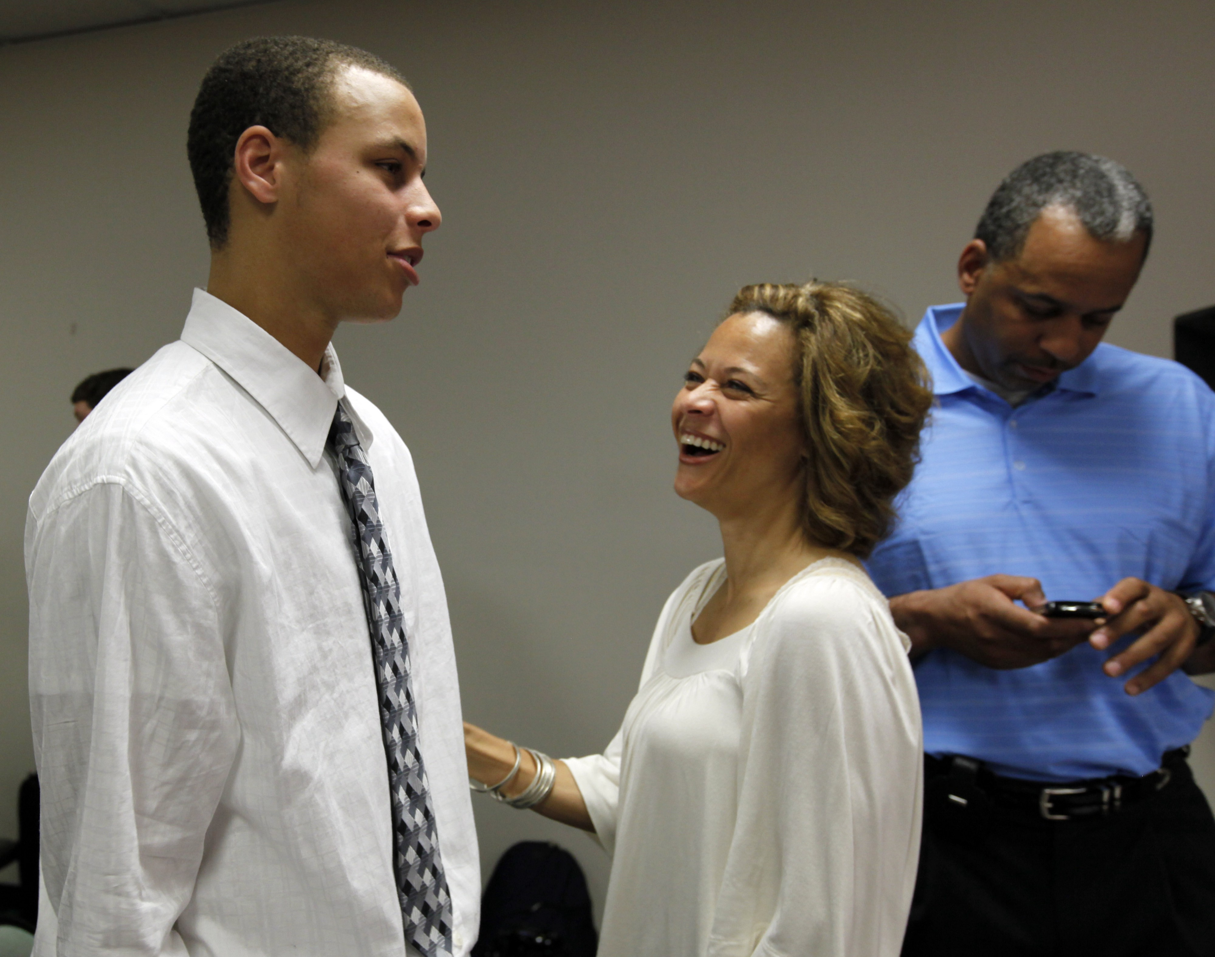8 Amazingly Hot Photos Of Steph Curry S Mom Sonya Curry By Sportspickle Sportspickle Medium