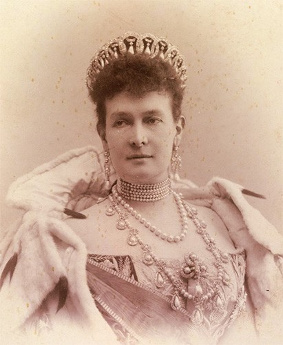 Maria Pavlovna wearing her diamond and pearl tiara made up of interlocking circles with a pearl hanging in each circle.