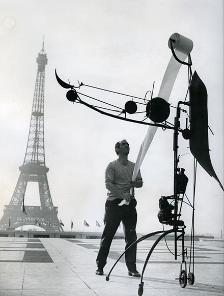 Jean Tinguely with Méta-Matic No. 17 in front of the Eiffel Tower, 1959. Photo: John R. Van Rolleghem, c/o Pictoright Amsterdam, 2016.