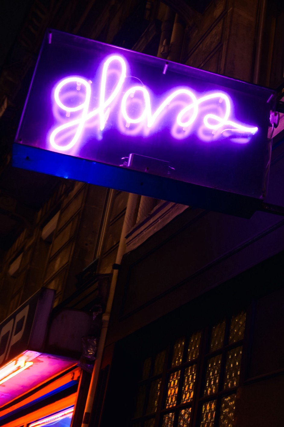 In Between The Sex Shops, A Paris Dive Bar Offers Serious