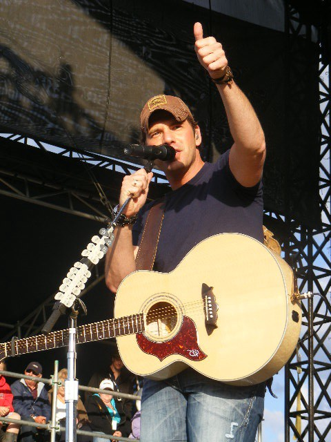 Rodney Atkins giving thumbs up to the crowd