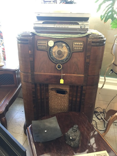 An antique radio at Hey Mavis! Thrift Shop in Cedar Crest, New Mexico